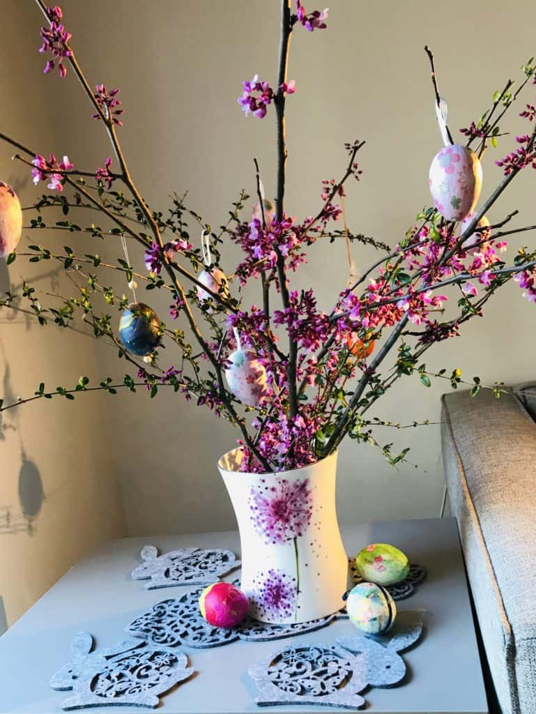 Floral arrangement with Easter eggs