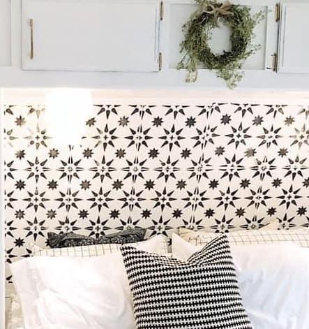 Black and white wallpaper star pattern