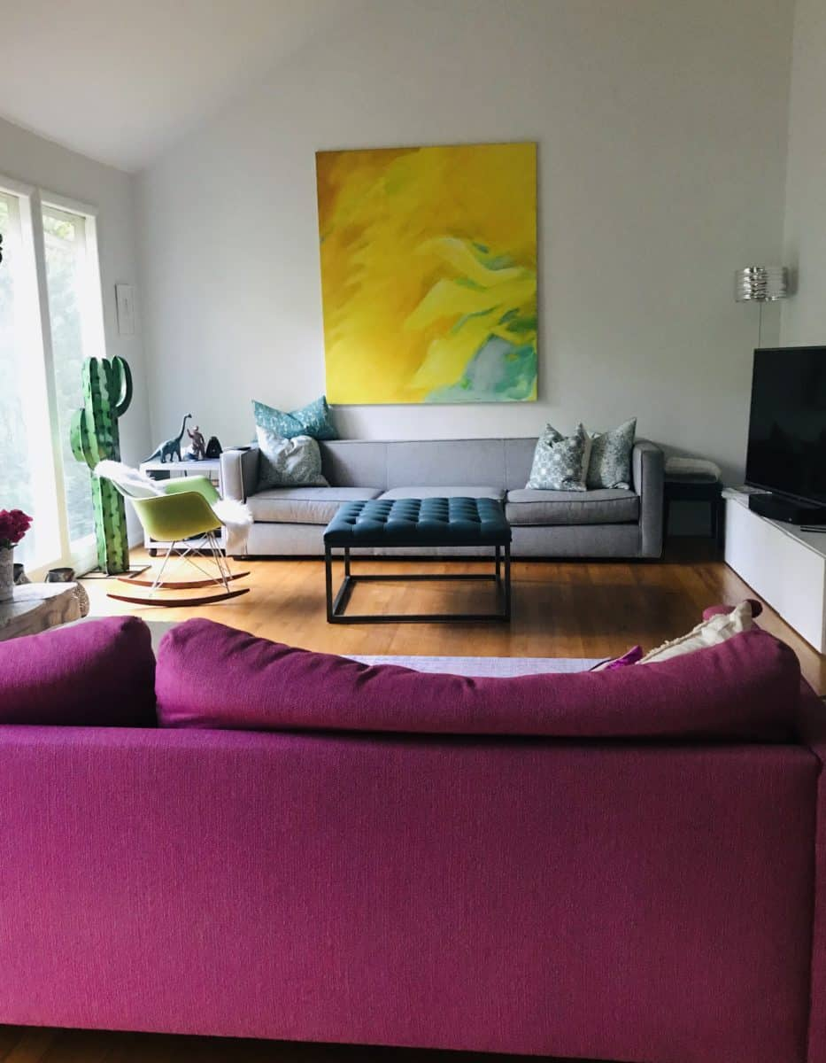 Living Room with a pink sofa, decorate with pink